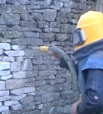 Пескоструйная очистка каменной стены