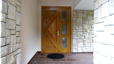 Парадная дверь до перекраски в белый цвет