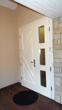 Парадная дверь перекрашена в белый цвет
