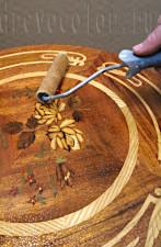 Первый слой на столешнице можно делать валиком