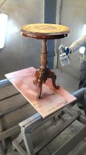 Лакировка столика пульверизатором
